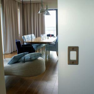 Zgoła odmienną propozycją jest system przesuwny, który zastąpi drzwi do łazienki, lub odzieli kuchnię od jadalni. Doskonałym rozwiązaniem w industrialnym wnętrzu będzie system rurowy z pionowymi dźwigarami, do których mocowane jest szkło. Fot. CDA Polska