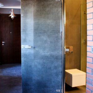 Aby oddzielić od siebie poszczególne strefy, możemy zastosować szklane ściany działowe, mocowane z pomocą odpowiednich listw lub łączników. Możemy wybrać wówczas okucia wykonane  z surowego aluminium albo pomalować je proszkowo na kolor pasujący do pozostałych dodatków. Fot. CDA Polska