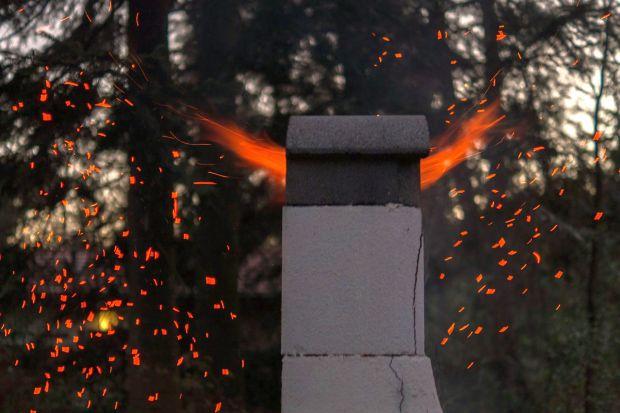 Gdy rozpoczyna się sezon grzewczy, wzrasta motywacja do serwisowania kotłów. Niestety, nie zawsze pamiętamy o kominach. Tymczasem brak kontroli kominiarskiej może być przyczyną bardzo niebezpiecznych zjawisk, w tym także pożaru w kominie.