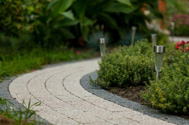 W temacie wyglądu przydomowego ogrodu Prawo Budowlane daje nam dużą swobodę. Oprócz lokalizacji budynku na działce, dojścia i dojazdu do niego oraz śmietnika – projekt zagospodarowania terenu nie musi zawierać innych szczegółowych danych. Jed