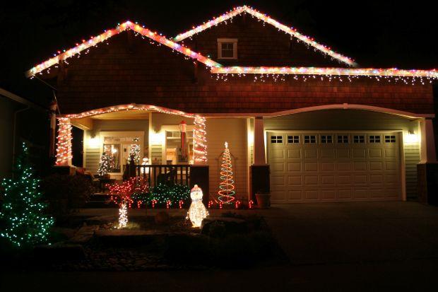 Świąteczne oświetlenie domu to wprawdzie zachodnia tradycja, ale coraz częściej też polskie domy ozdabiane są lampkami i łańcuchami na wzór amerykańskich obyczajów. Urokliwe iluminacje z wielobarwnych lampek potrafią wykreować prawdziwie mag