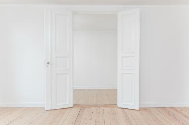 Jednym ze sposobów na niedrogą metamorfozę wnętrz jest renowacja drewnianych drzwi. Jak krok po kroku je odnowić?