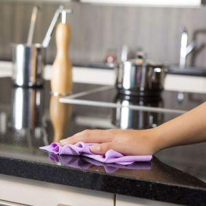 Wydawać by się mogło, że efektywne sprzątanie możliwe jest tylko przy użyciu zróżnicowanych akcesoriów oraz silnych detergentów. Tymczasem materiały, z których wykonany jest sprzęt AGD, często wymagają delikatnego traktowania. Fot. Vileda