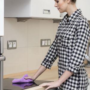 Skuteczne metody czyszczenia płyty grzewczej zależą w dużej mierze od tego, jakiego jej rodzaju używamy. Fot. Vileda