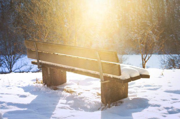 Niskie temperatury i częste opady śniegu sprawiają, że drewno trzymane na zewnątrz pomieszczeń ulega zniszczeniu i traci swój pierwotny urok. Jest też mniej trwałe. Ekspert marki Bondex podpowiada, jak zabezpieczyć meble ogrodowe przed pierwszym