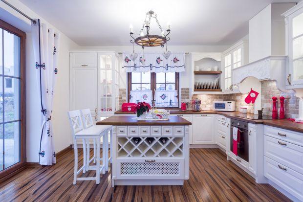 Kuchnia jest największym wyzwaniem w całym domu. Przed tym trudnym wyborem warto zastanowić się w jakim stylu chcemy ją urządzić. Należy wszystko przeanalizować zaczynając od podłogi aż po sufit, kończąc na meblach i urządzeniach AGD. Pami�