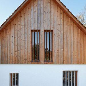 Główne zmiany dokonano wewnątrz. Oba domy mają zaaranżowaną posiadają przestrzeń mieszkalną eksponującą konstrukcję dachu. Fot. Jakub Skokan, Martin Tůma  BoysPlayNice