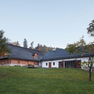 """Pierwotna zagroda składała się z dwóch domów – drewnianej chałupy z bali i kamiennej stodoły, ułożone w naturalny sposób kompleks budynków w kształcie litery """"L"""". Fot. Jakub Skokan, Martin Tůma  BoysPlayNice"""