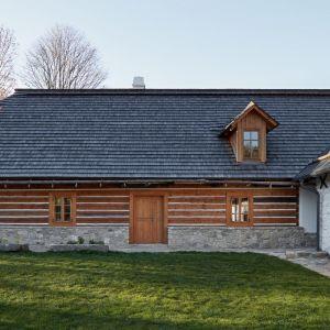 Ten dom powstał z połączenia i zaadaptowania dwóch budynków – startej stodoły oraz drewnianej chałupy wykonanej z bali. Fot. Jakub Skokan, Martin Tůma  BoysPlayNice