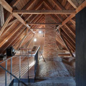 W środku domu poczujemy i zobaczymy tradycyjny charakter wnętrz, dzięki zastosowaniu kamienia, drewna i ziemi.Fot. Jakub Skokan, Martin Tůma  BoysPlayNice
