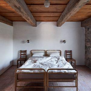 Główne zmiany dokonano wewnątrz. Oba domy mają zaaranżowaną posiadają przestrzeń mieszkalną eksponującą konstrukcję wnętrza dachu. Fot. Jakub Skokan, Martin Tůma  BoysPlayNice