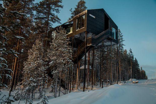 W wysokim lesie sosnowym północnej Szwecji, gdzie kolorowe pnie drzew rozciągają się aż do strzelistych koron można odnaleźć domek wiszący 10 metrów nad ziemią. Goście, którzy zdecydowali się na spędzenie w nim weekendu mogą liczyć na za