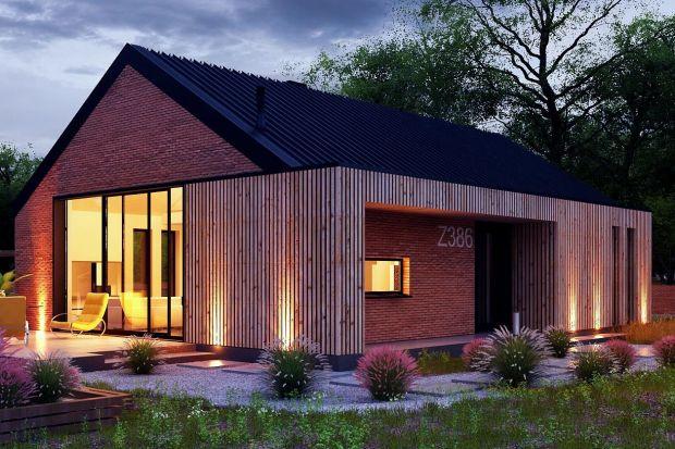 Prezentujemy projekt nowoczesnej stodoły z prostymi wykuszami została obłożona płytka klinkierową oraz drewnem elewacyjnym. W budynku zaprojektowano duże przeszklenia, dzięki czemu do wnętrza wpada dużo światła dziennego.