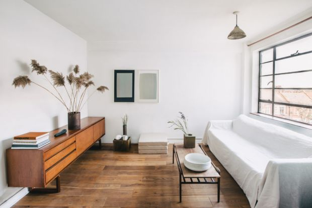 Historia tego mieszkania sięga 1930 roku. Dwa lata temu małżeństwo Anglików, wprowadzając się do niego, zaaranżowało wnętrza na swój minimalistyczny sposób. Oto jak im się to udało.