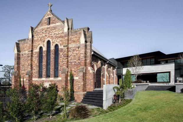"""""""Church House"""" to współczesna adaptacja zabytkowego kościelnego budynku do prywatnego użytku. Tak powstał dom rodzinny, który łączy w sobie elementy subtropikalnego, australijskiego designu z historycznym miejscem. Czy architektom ze studia DA"""