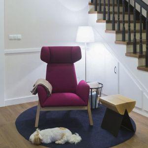 Hol został więc wyposażony w stylowy szezlong obity szlachetną wełną, lampę do czytania (która swoim światłem dodaje wnętrzu klimatu) oraz w obszerne lustro w starej drewnianej ramie. Fot. Jacek Gadaj