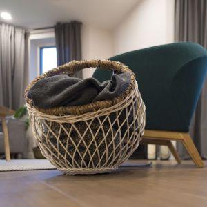 Wybrane zostały solidne i praktycznie niezniszczalne krzesła i stół marki z wielopokoleniowymi tradycjami oraz doskonale wykonane i bardzo wygodne sofy. Fot. Jacek Gadaj