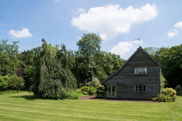 Historia tego domu sięga 1970 roku. Położony w sielskim, wiejskim krajobrazie jest idealnym miejscem do życia i wypoczynku.
