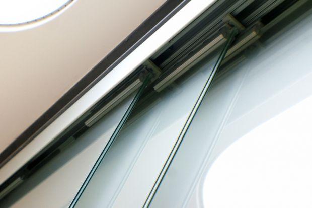 Jedną z różnic pomiędzy systemami przesuwnymi a SLF (czyli składano - przesuwnymi oraz składano – harmonijkowymi), stanowią parametry wytrzymałościowe, jak i charakterystyka pracy systemów. W pierwszym przypadku szkło mocowane jest z pomocą
