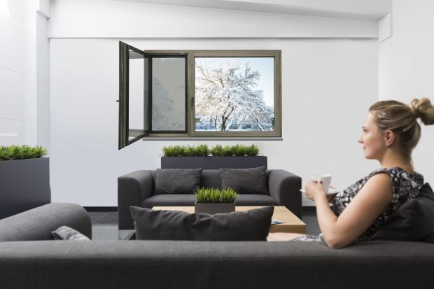 Aż 90% czasu spędzamy w pomieszczeniach zamkniętych. Zwłaszcza zimą, kiedy za oknem panuje chłód, nasza aktywność na zewnątrz spada do minimum. Nie tylko kapryśna pogoda zachęca do zamknięcia się w ciepłym mieszkaniu – wpływ na to ma ró