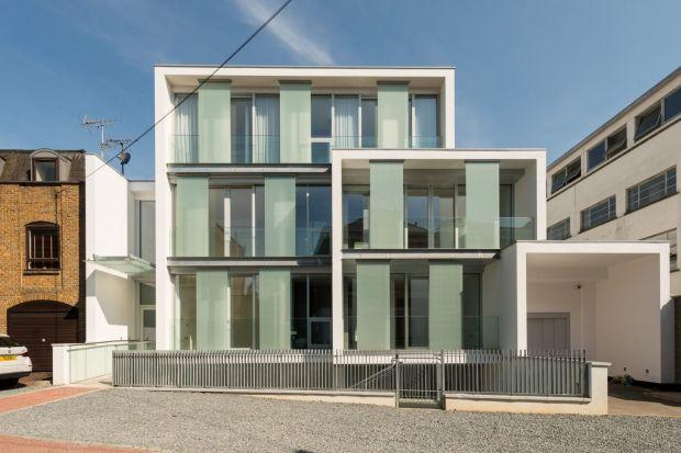 Nowoczesny dom ze szklaną elewacją
