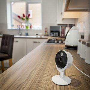 Platformy produktów z kategorii smart, to nic innego jak szereg inteligentnych akcesoriów do zabezpieczania, monitorowania i sterowania swoim domem za pomocą urządzeń mobilnych. Fot. Yale