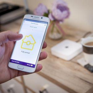 Smart house to zespół inteligentnych i komunikujących się ze sobą urządzeń, które podłączone do jednej sieci pozwalają zarządzać funkcjami domu. Fot. Yale