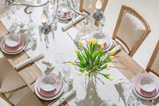 Wielkanocne śniadanie to wyjątkowy czas w wielu domach. Warto więc tego dnia zadbać o estetyczną oprawę stołu niezależnie od tego, czy zgromadzi się wokół niego cała rodzina, czy też siądziecie do niego we dwójkę. Jeśli wciąż zastanawia