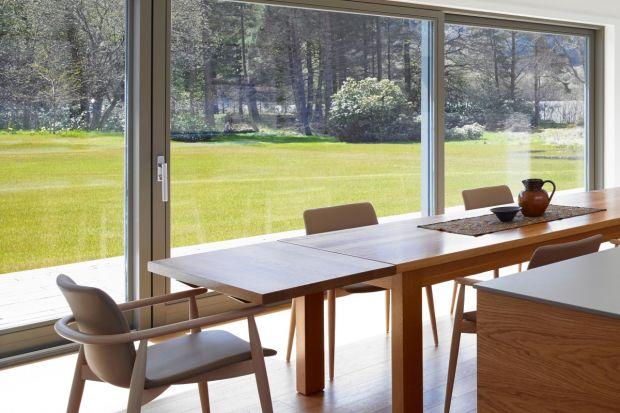 Okna i drzwi tarasowe najnowszej generacji stanowią zaawansowane technologicznie konstrukcje. W efekcie są bardzo wytrzymałe i przez wiele lat gwarantują mniejsze zużycie energii oraz komfort użytkowania.