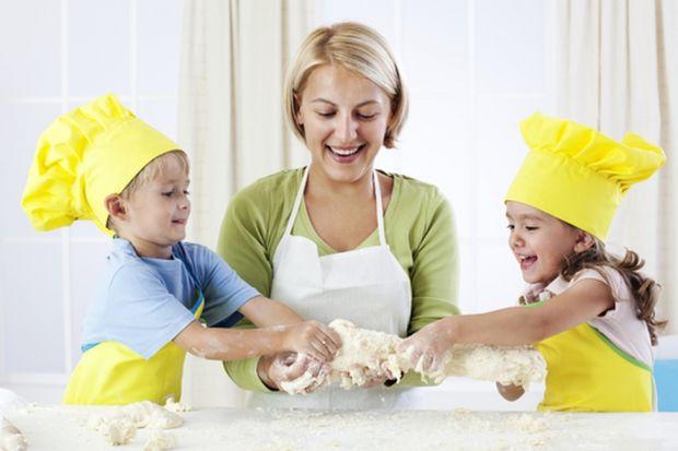 Każde dziecko, szczególnie w wieku przedszkolnym, ciągnie do kuchni. Dzieje się tam wiele tajemniczych i ciekawych rzeczy, wydobywają się smakowite zapachy zaś sami rodzice spędzają w kuchni wiele czasu. Dlatego gdy z czasem dziecko zechce samo p