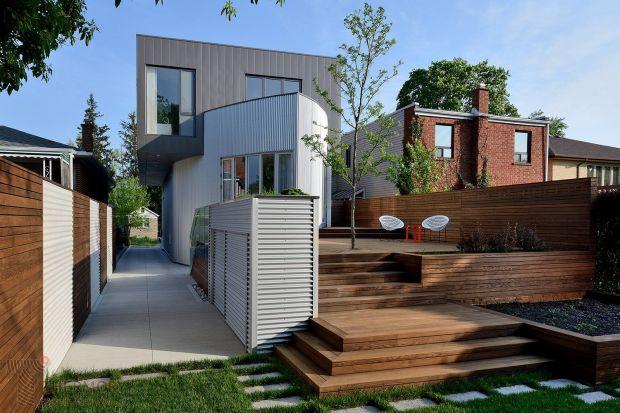 Drewniany taras to wyjątkowa przestrzeń, która umili wolne chwile spędzone na zewnątrz domu. Zanim jednak podejmiemy decyzję o jego montażu, powinniśmy wiedzieć o kilku kwestiach.
