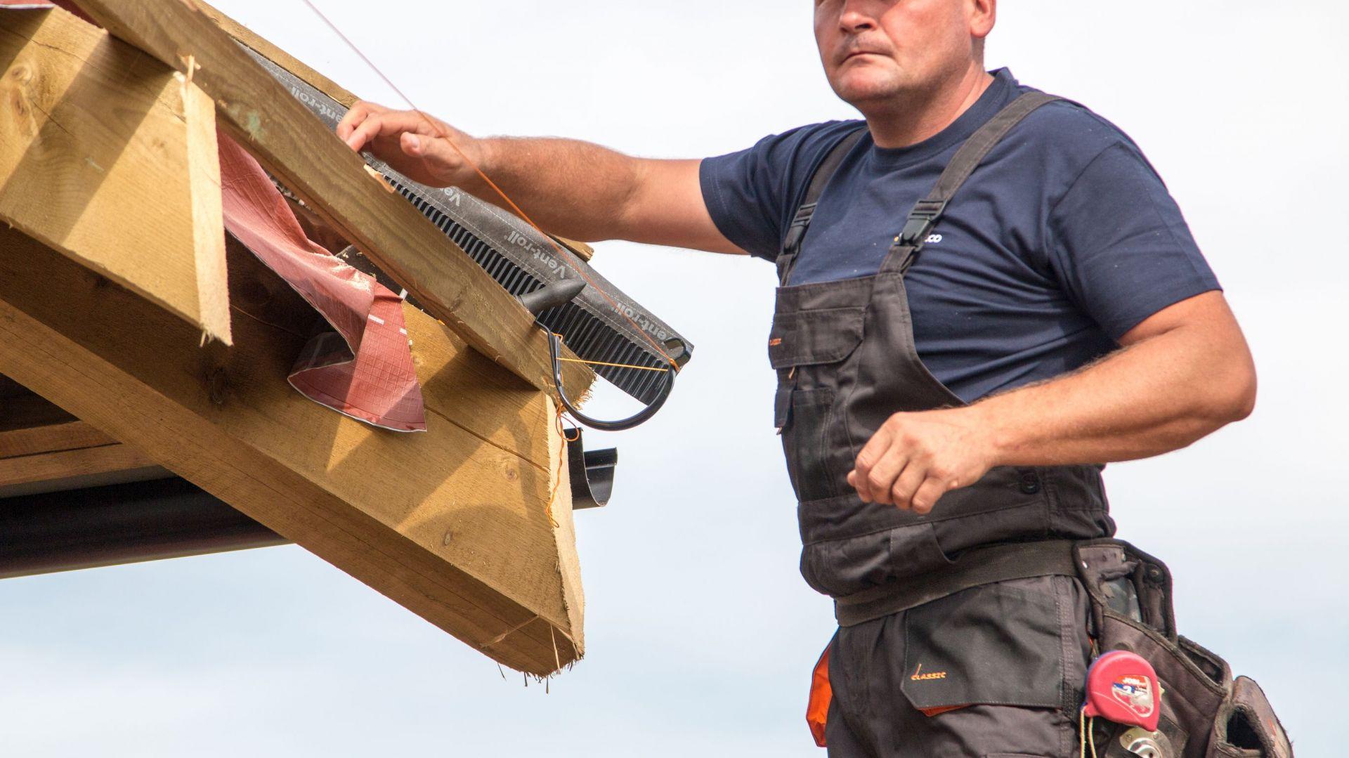 Rozciągnięcie sznurka, który pomoże wyznaczyć linie dla prawidłowego montażu pozostałych haków. Fot. Galeco