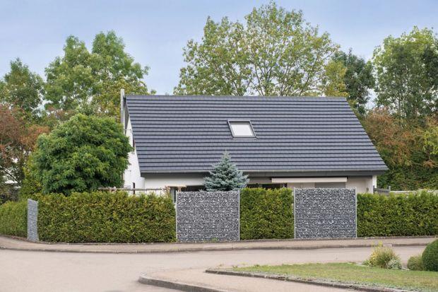 Pokrycie dachowe to jeden z głównych elementów domu, nie tylko pod względem funkcjonalności, lecz również w aspekcie wizualnym – widać je bowiem niemal z każdej perspektywy. Dzięki trwałemu dachowi, możemy czuć się również w swoim domowy