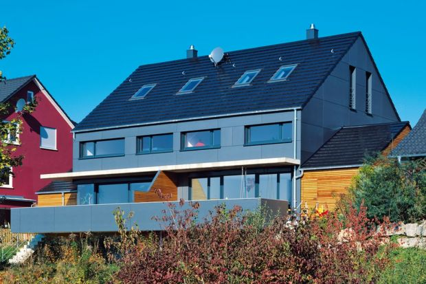 Pokrycie dachu zwykle determinuje wybór barwy i materiału, którym będzie wykończona elewacja oraz pozostałe elementy bryły naszego domu. Paleta kolorów i rozwiązań, które możemy zastosować na połaci jest znacznie ograniczona w porównaniu z