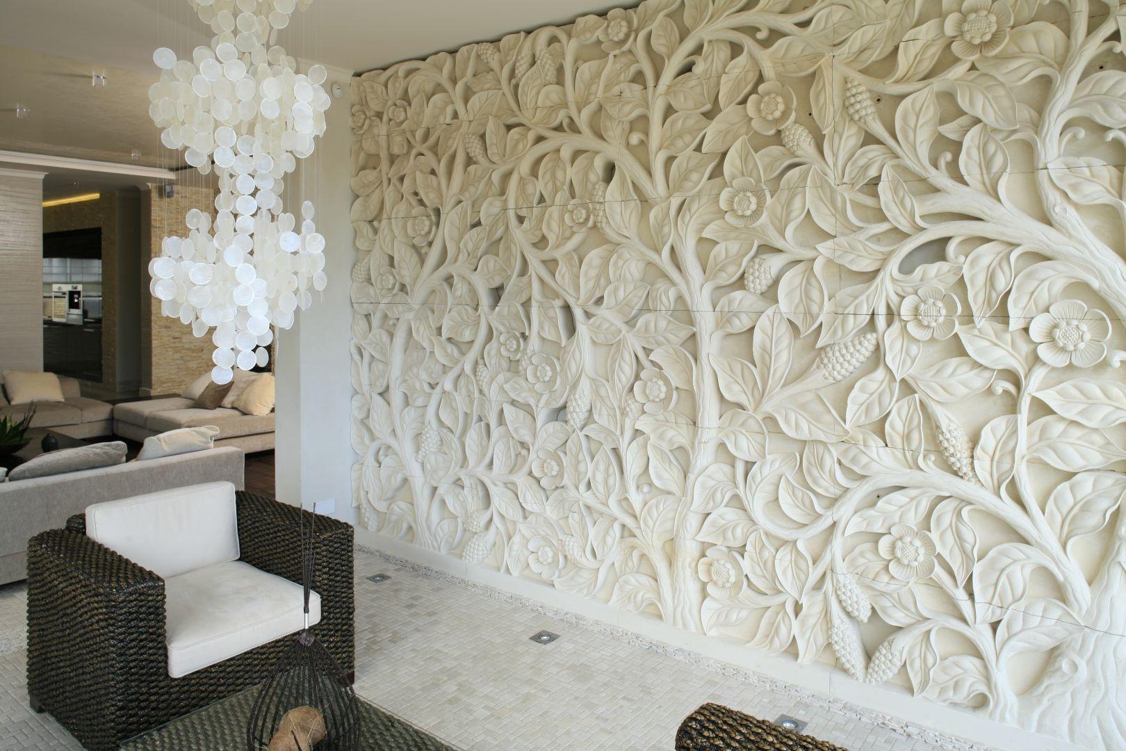Sprowadzony z Bali ręcznie wykonany relief z piaskowca z motywem kwiatów lotosu zdobi całą ścianę. Grubość reliefu to ok. 20 cm, co daje niesamowite efekty, kiedy go podświetlimy. Projekt: Karolina Łuczyńska, Fot. Bartosz Jarosz