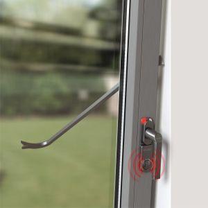 Okno może także zaalarmować o próbie włamania i odstraszyć intruza. Fot. Schüco