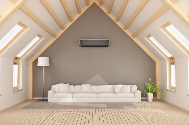 Zgodnie z prawami fizyki ciepłe powietrze jest lżejsze od zimnego, dlatego łatwiej się unosi. Przedostając się z niższych kondygnacji na poddasze, kumuluje się pod samym dachem. Duże, ciemne połacie dachowe dodatkowo działają jak magnes na sł