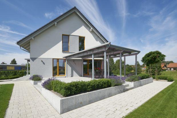 Wznoszenie budynków energooszczędnych to zadanie niełatwe i wieloaspektowe. Finalne parametry zrealizowanego obiektu i rzeczywisty komfort cieplny panujący w jego wnętrzach zależą bowiem zarówno od decyzji projektowych, jak też wyboru materiałó