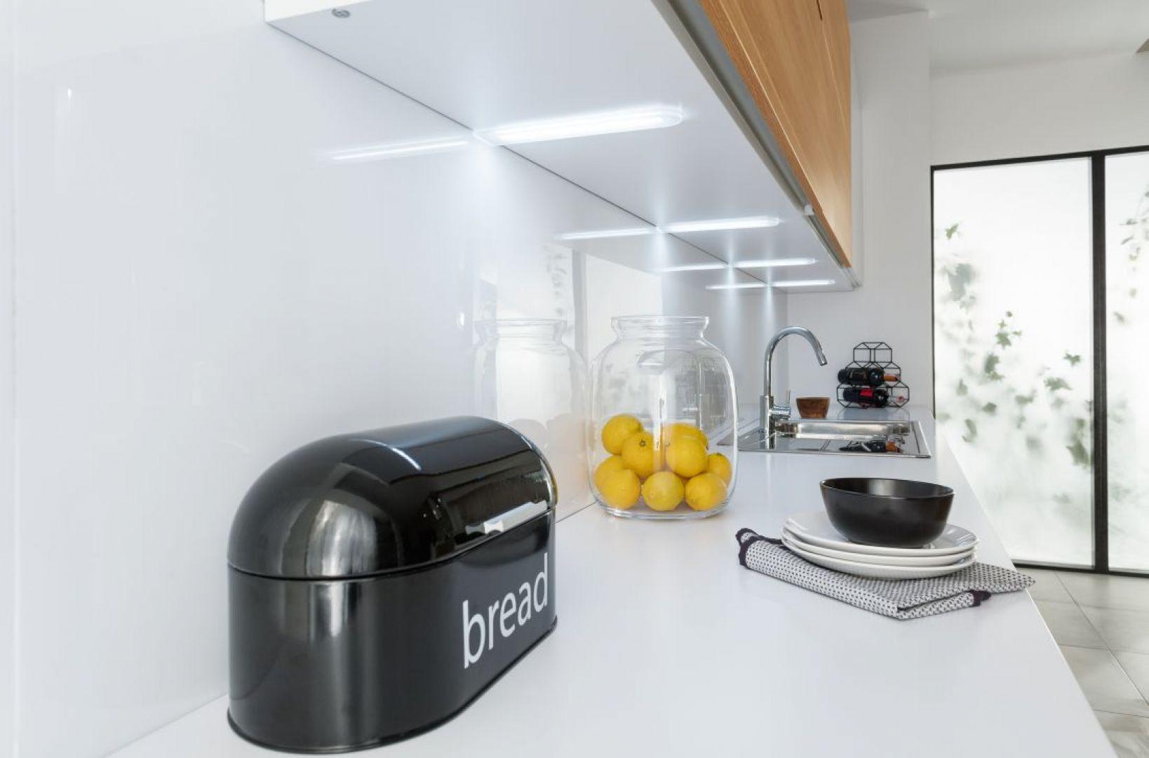 Jednym z najbardziej popularnych i praktycznych sposobów oświetlenia roboczej części kuchni są lampy zamontowane nad blatem. Wykorzystujemy do tego spód szafek wiszących. Fot. Häfele
