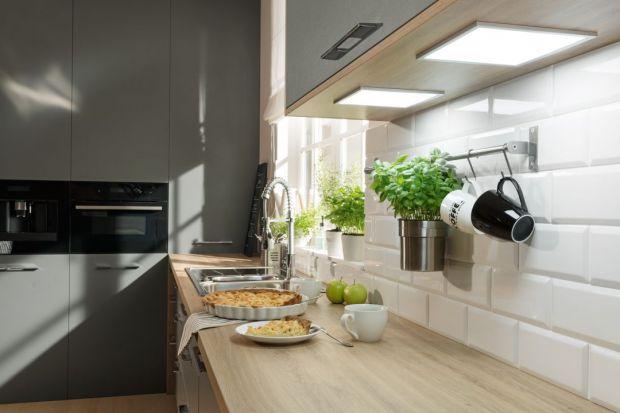 Światłem możemy w kuchni uczynić cuda – dodać jej charakteru, wyeksponować elementy warte uwagi, a nawet optycznie ją powiększyć. Nadrzędną rolą światła jest jednak funkcjonalność. Stąd konieczność, żeby system, którym oświetlamy k