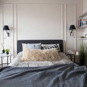 W niewielkiej sypialni króluje duże łóżko z tapicerowanym zagłówkiem. Fot. MGN