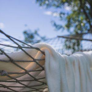Hamak to idealne uzupełnienie strefy wypoczynku w ogrodzie. Fot. fischer