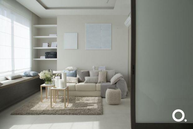 """Słowo """"kawalerka"""" przywodzi na myśl małe, często klaustrofobiczne mieszkanie. Architekci ze Studio.O. swoim projektem udowadniają, że nawet nieruchomość mająca 40 mkw. w efekcie może w być przestronna."""