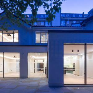 Wnętrze domu urządzono w minimalistycznym stylu. Postawiono tu na otwarte przestrzenie. Fot. Nick Leith-Smith