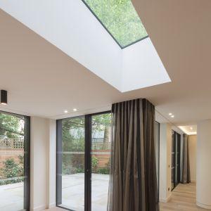 Jak widać nie brakuje tu też okna dachowego. Fot. Nick Leith-Smith