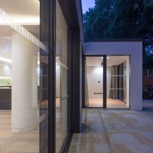 """Duże przeszklenia """"otwierają"""" wnętrze domu na zewnątrz. Fot. Nick Leith-Smith"""