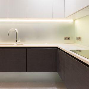 Duży blat, duża ilość szafek sprawiają, że łatwo jest przygotowywać codzienne posiłki i utrzymywać porządzek w kuchni. Fot. Nick Leith-Smith