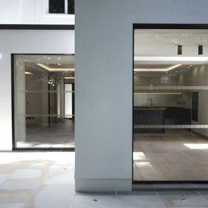 Białe elewacje idealnie pasują do jasnych, czystych wnętrz. Fot. Nick Leith-Smith