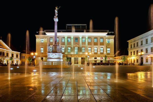W węgierskim mieście Györ, na jednym z najpiękniejszych placów Europy, znajduje się budynek Lloyd Palace, w którym kiedyś mieściło się kino. Zaniedbywany przez wiele lat obiekt przeobrażono w nowoczesne centrum biznesowe. O ogrzewanie i zaopat