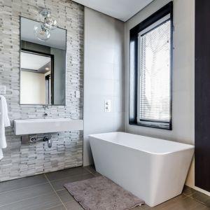 Drewno i kamień to surowce, które w Polsce nie zyskały jeszcze na popularności jako elementy wystroju łazienki. Fot. CIQ